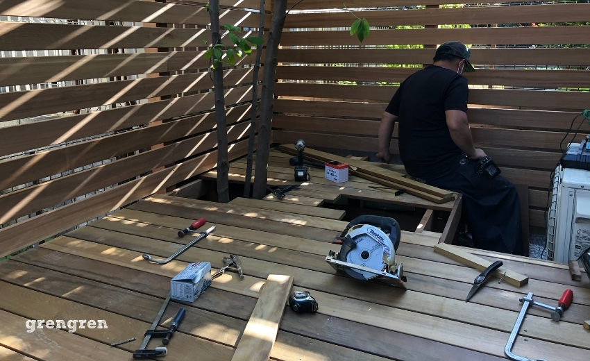ウッドデッキの床板を設置していく職人さん