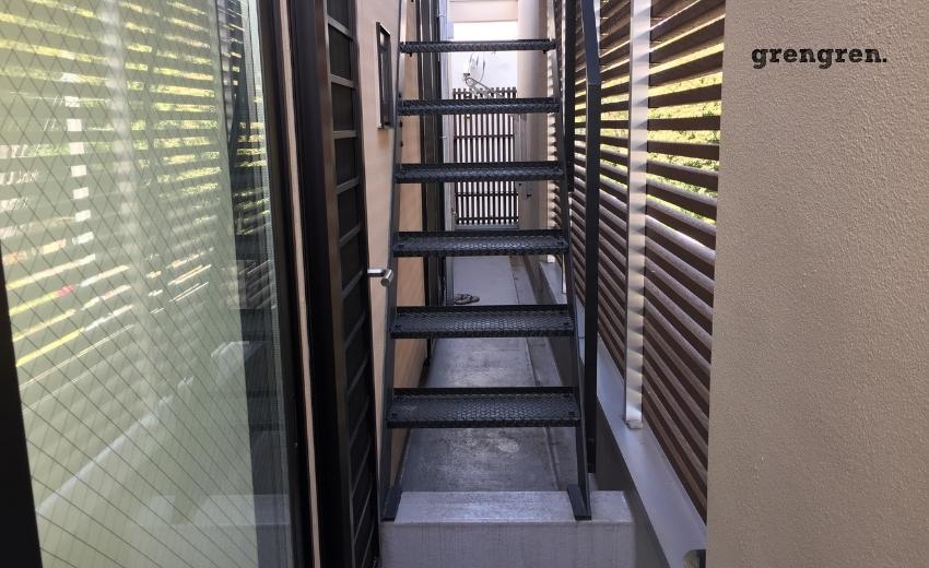 急な傾斜がついた屋上へ続くアイアンの外階段