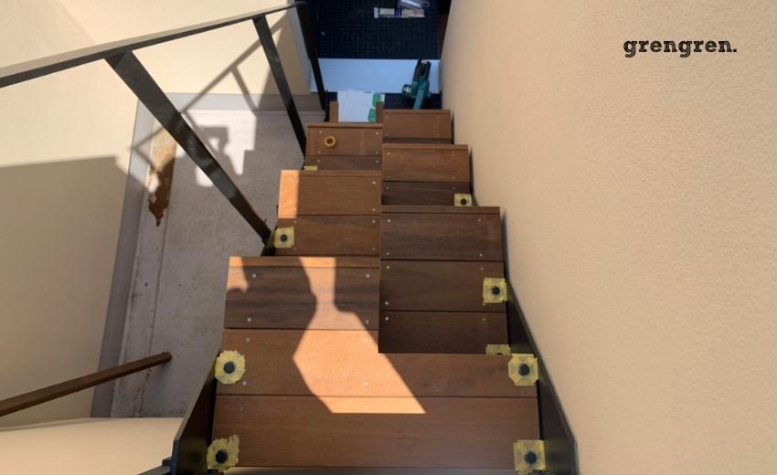 外階段のボルトを再塗装するウッドステップの施工