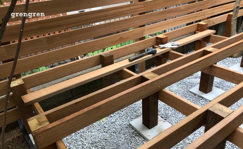 支柱に根太を設置した狛江市のウッドデッキ