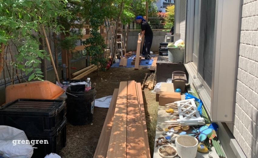 狛江市で施工途中のウッドフェンスの施工風景