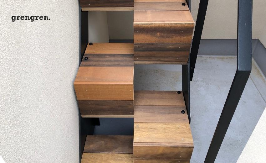 ひとつのステップがかなり広くなった屋上ガーデンへの続く外階段