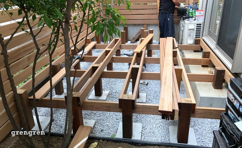 セランガンバツのウッドデッキの施工で根太と支柱を設置したところ