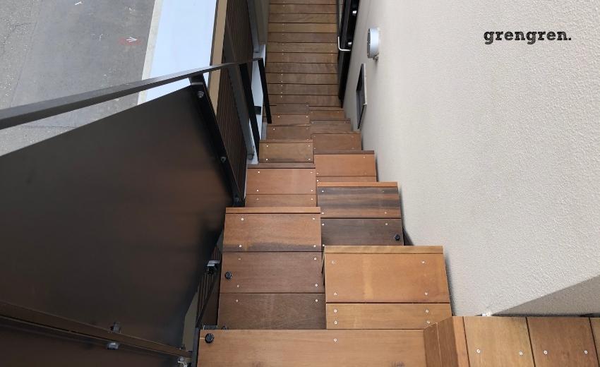傾斜が厳しい階段は下りが怖いのを解消