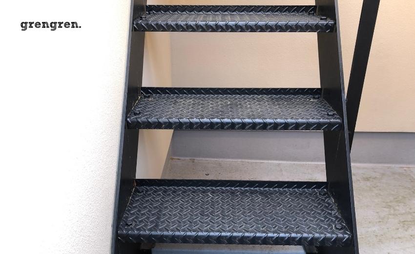 良く見かけるアイアンで作られた外階段