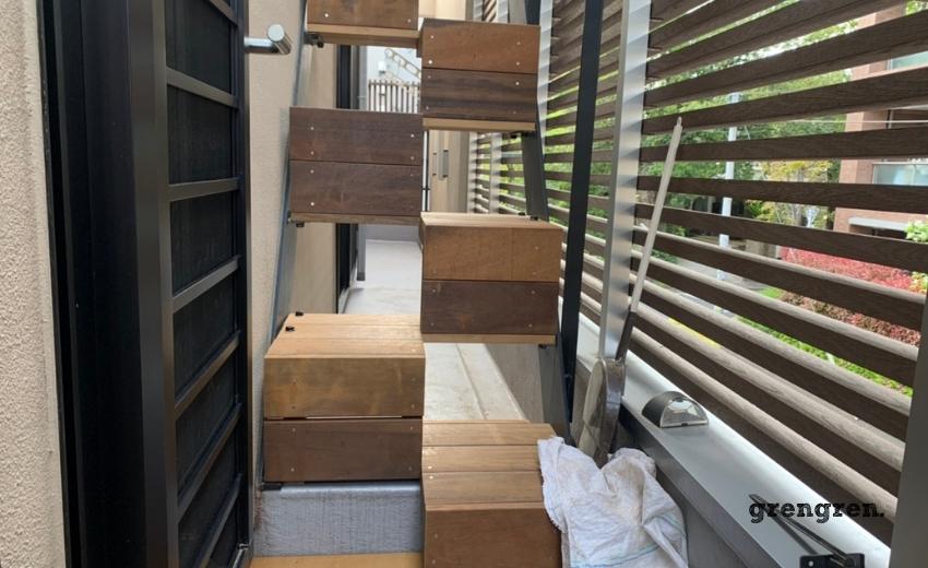 ハードウッドのステップ型の外階段の施工