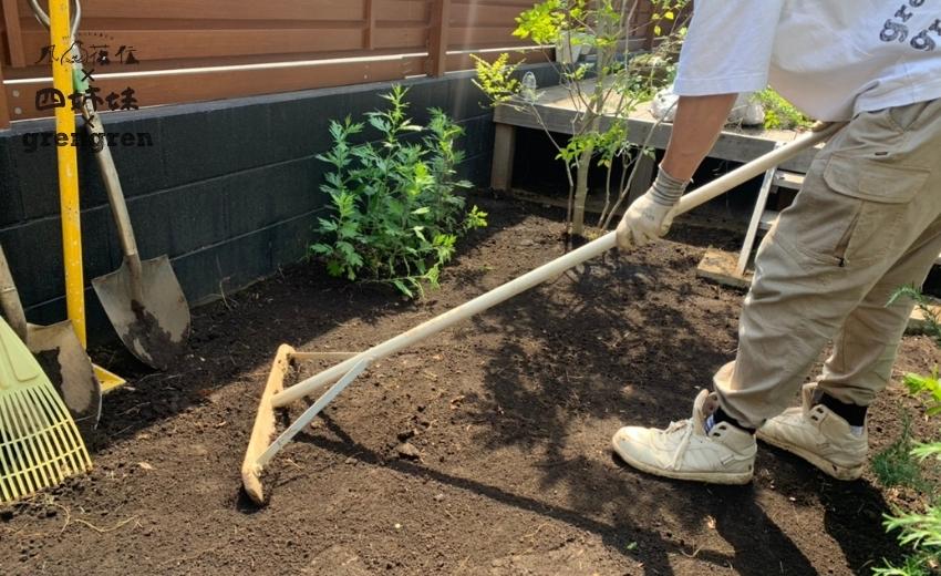 芝生を張る前に綺麗に整地作業を行う造園会社ぐりんぐりん横田