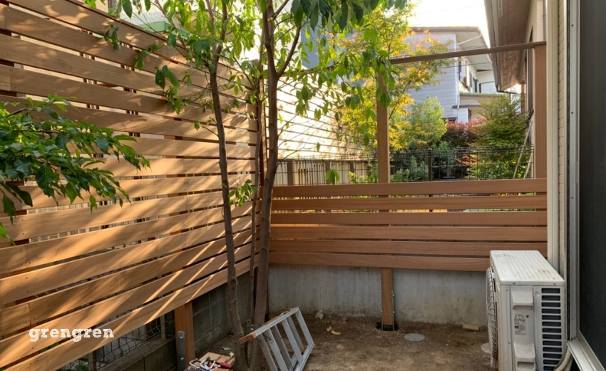 狛江市の個人邸で施工したウッドフェンスの横板をつける作業