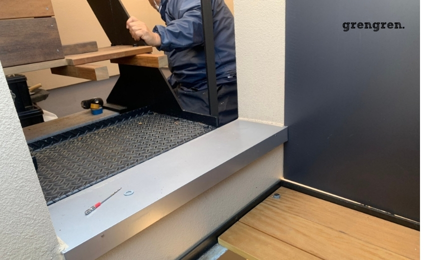 世田谷区の個人邸で子供でも登りやすいステップ型の階段を施工する