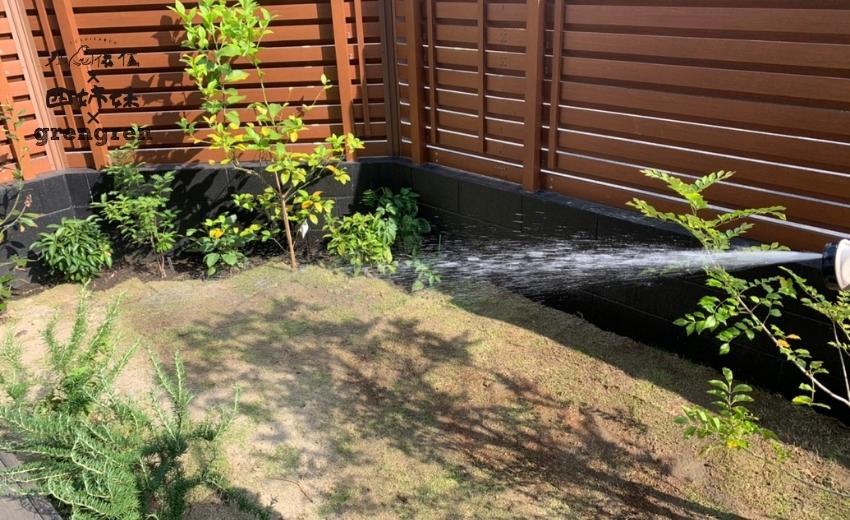 芝生の張替えが完了して最後の水やりを行う四姉妹の八王子ガーデン