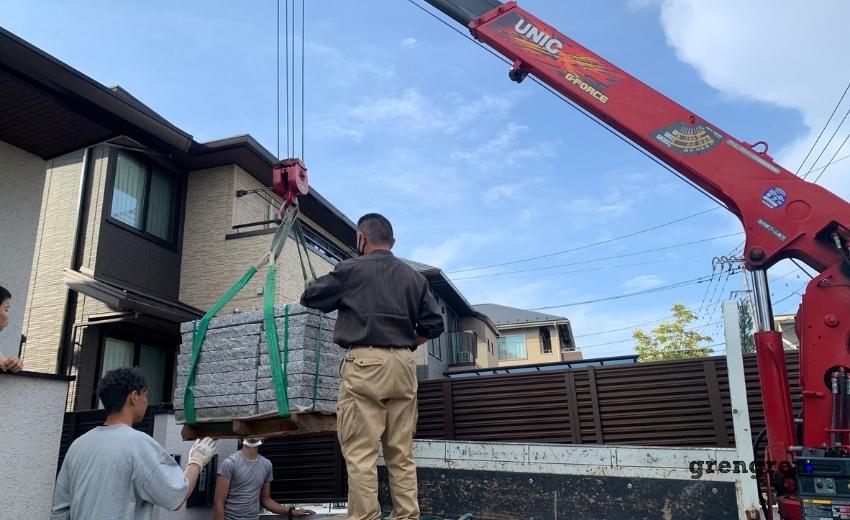 町田市の和モダン玄関アプローチの現場の石材搬入