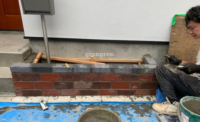 世田谷区の新築個人邸で施工した三種類のレンガの花壇設置作業