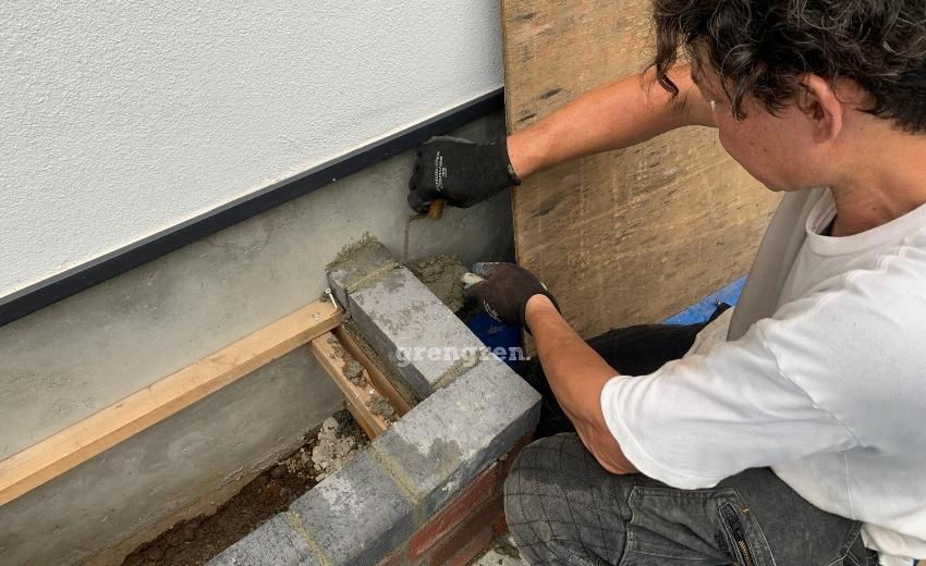 半端なレンガはカットして設置して壁との隙間もモルタルで埋める