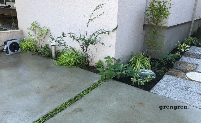 玄関アプローチと駐車場裏の小さな植栽