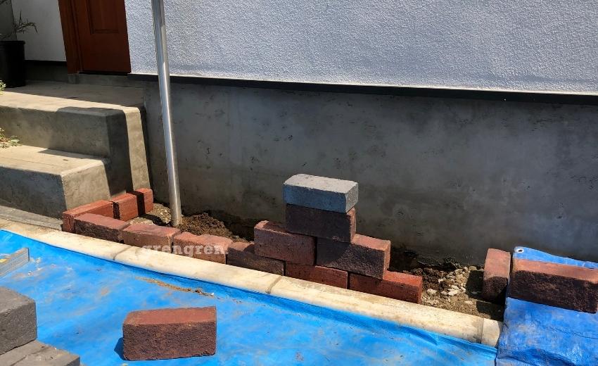 3種類のレンガを使って四段のレンガ花壇をつくる世田谷区の新築住宅
