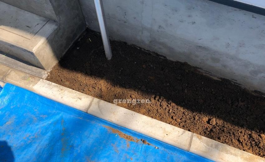 綺麗にゴミを撤去した花壇内の土