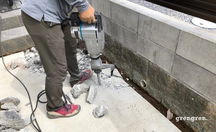 玄関アプローチのコンクリートを壊す職人さん