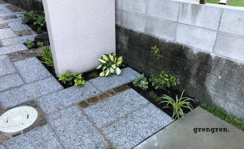 門柱の下に明るい斑入りのギボウシを植栽