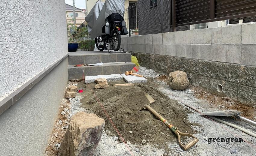 玄関アプローチのための石を設置するためのセメント