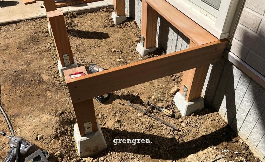 縁側デッキの支柱を施工する際に幕板も設置する