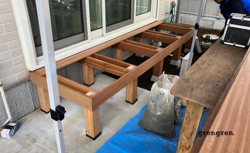 床板を施工する前の縁側デッキの支柱と根太と幕板
