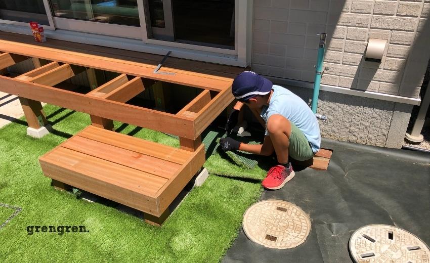 縁側デッキと人工芝の施工を行う子供の貴重な体験