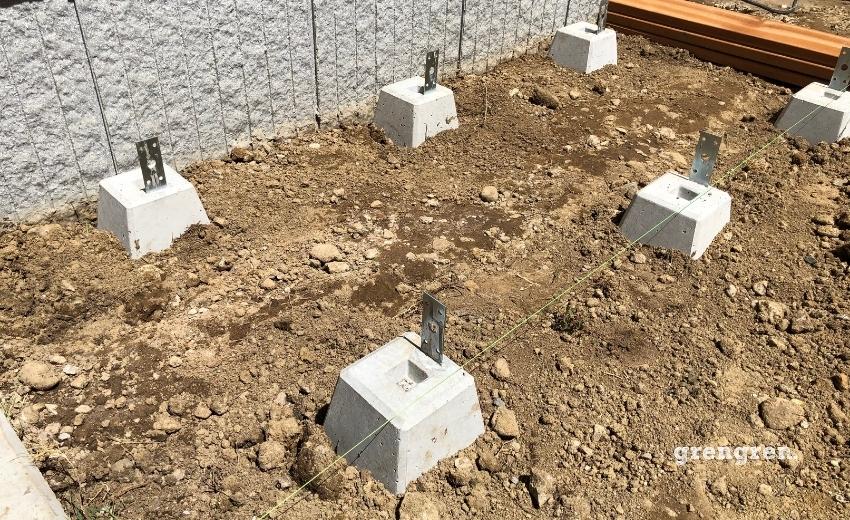 縁側デッキの束石の設置方法