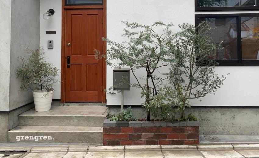 完成した世田谷区の個人邸のオシャレなレンガ花壇とオージープランツの植栽