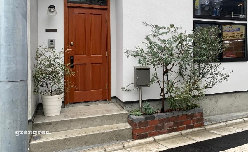 とてもオシャレなレンガ花壇とオシャレな植物の新築個人邸