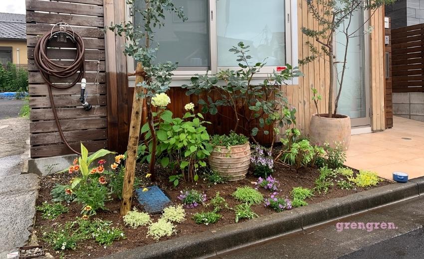 花を植えこんだ世田谷区の個人邸の花壇