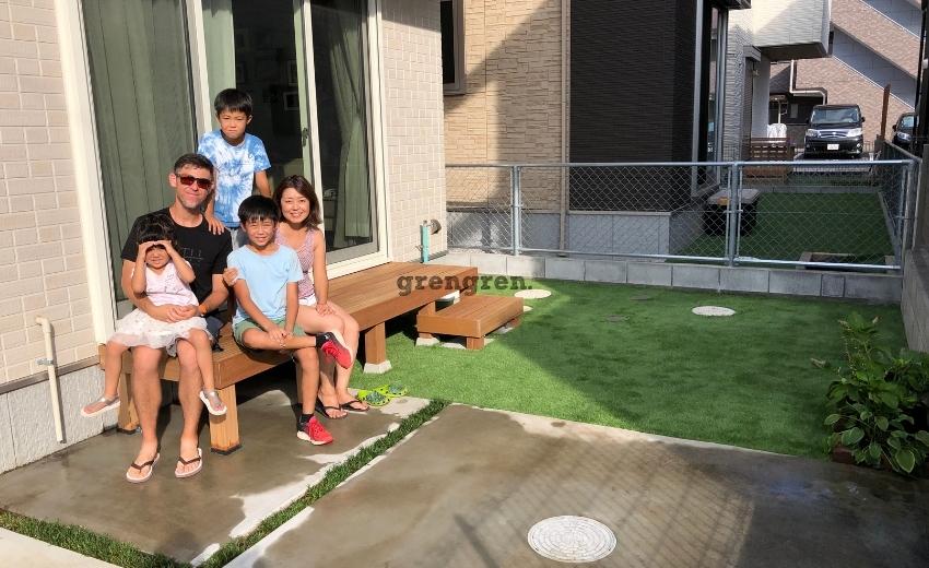 稲城市の個人邸でお客さんの息子さんと一緒につくった人工芝とウッドデッキの庭づくり