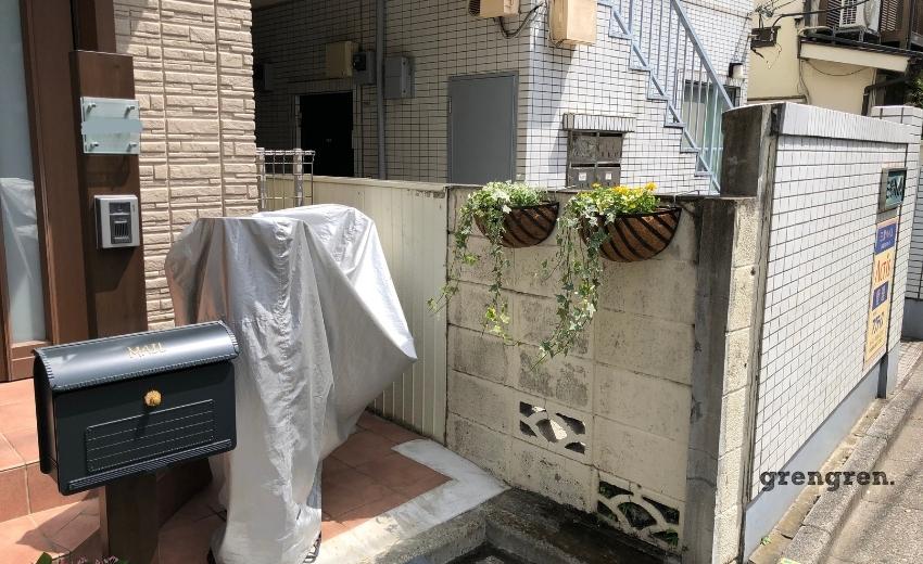 汚れたブロック塀をハンギングで植栽して隠した