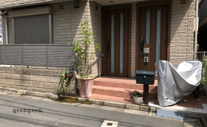 ハンギングで植栽してレモンの木を植栽した玄関